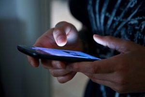 Hände halten ein Smartphone