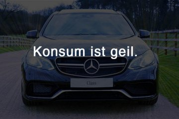 "Mercedes hinter Schrift ""Konsum ist geil"""